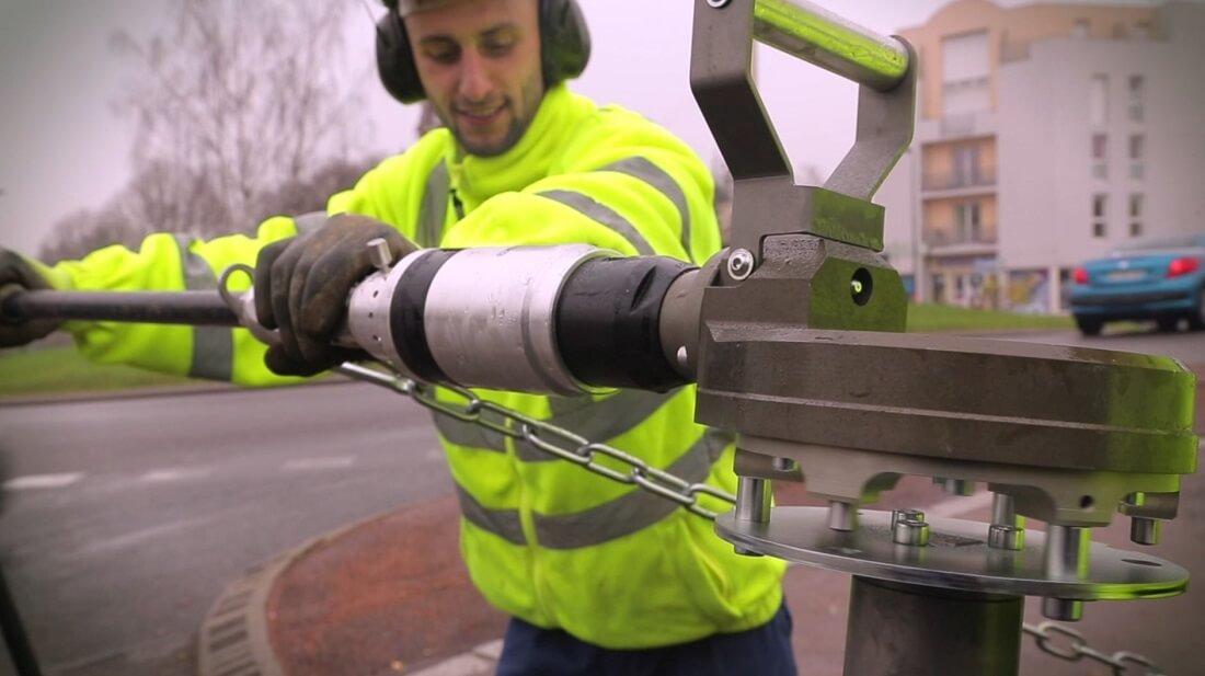 Pneumatic portable valve actuator
